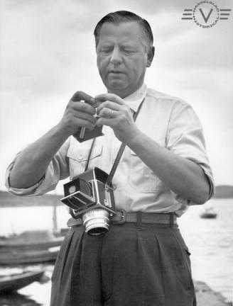 Victor Hasselblad carga su cámara