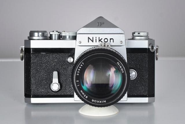 Nikon F frontal + objetivo