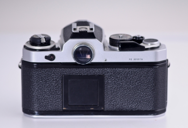 Nikon FE vista posterior