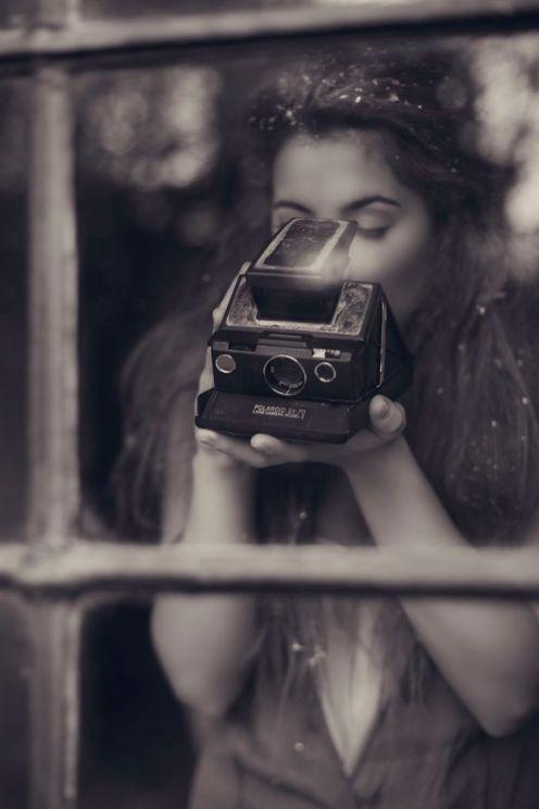 Chica con Polaroid SX-70