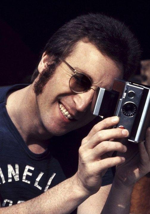 Lennon con SX 70